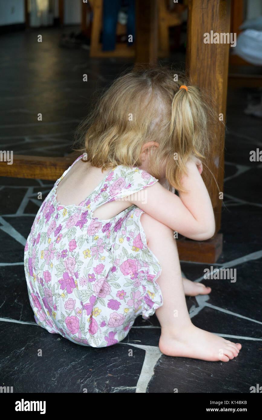 Drei Jahre altes Mädchen/kid/Kind auf den frechen Ecke nach Gezüchtigt für etwas, was sie getan hat. Stockbild
