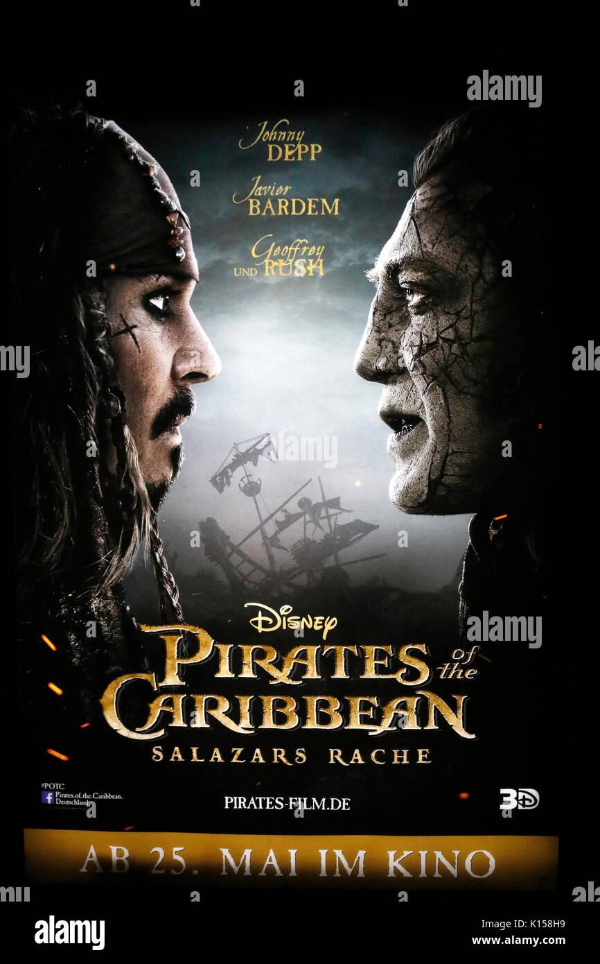 """Plakat zur Filmpremiere von """"Piraten der Karibik"""" mit Johnny Depp und Javier Bardem, Berlin. Stockbild"""