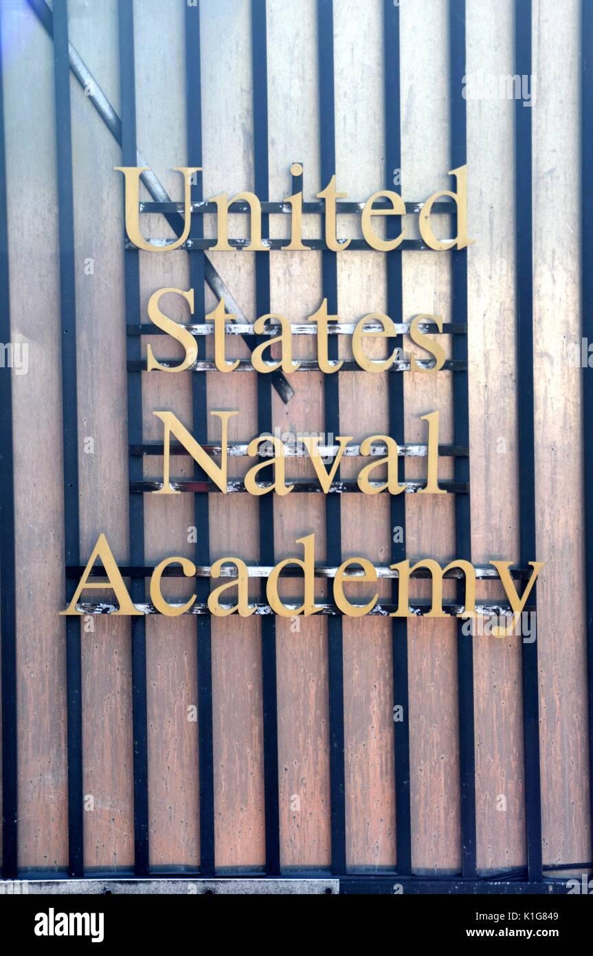 United States Naval Academy Zeichen mit goldenen Buchstaben auf einem glänzenden, gestreifte Zaun Stockbild