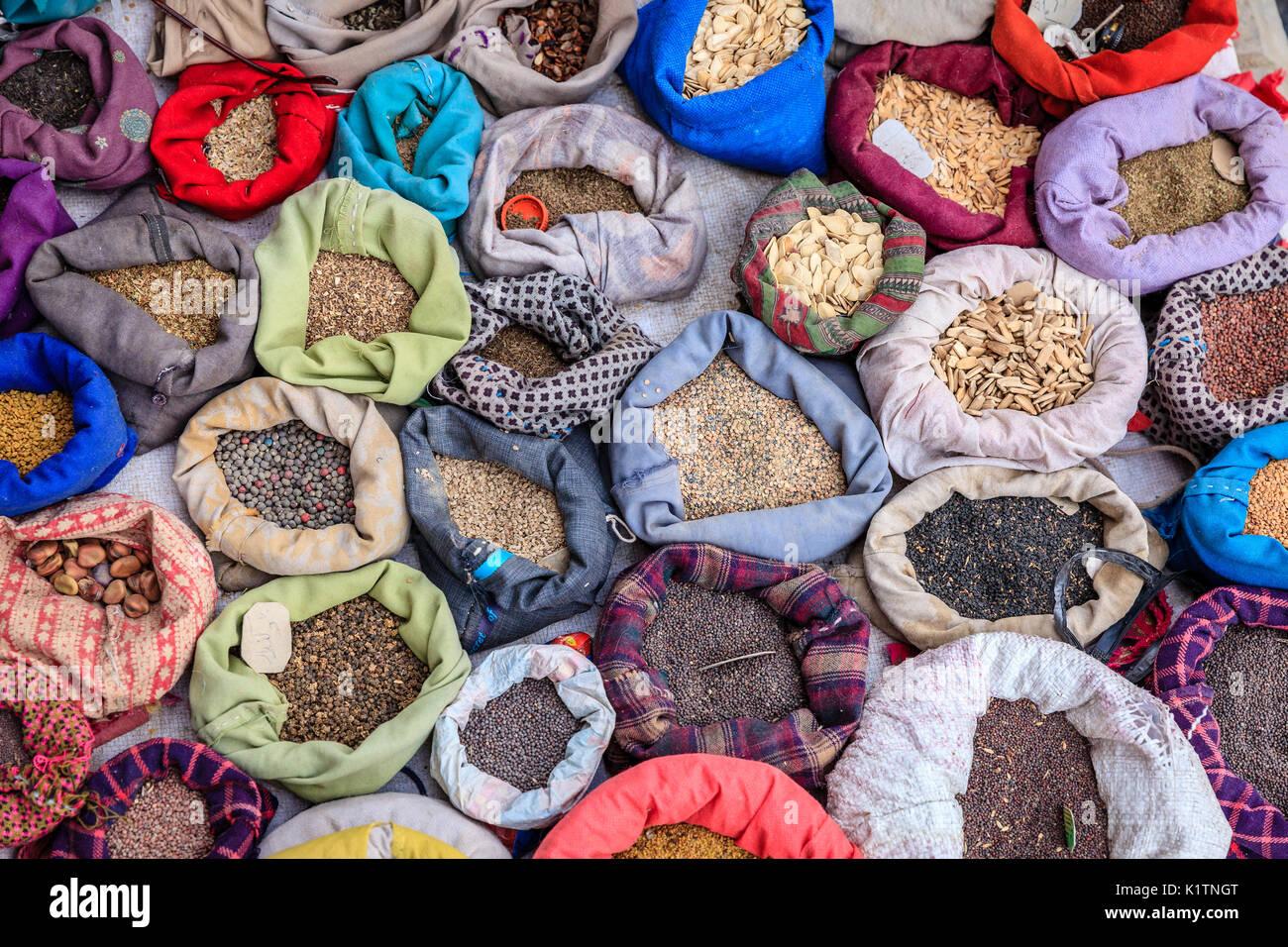 Beutel mit Gewürzen auf einem Straßenmarkt in Leh, Ladakh Bezirk von Kaschmir, Indien Stockbild