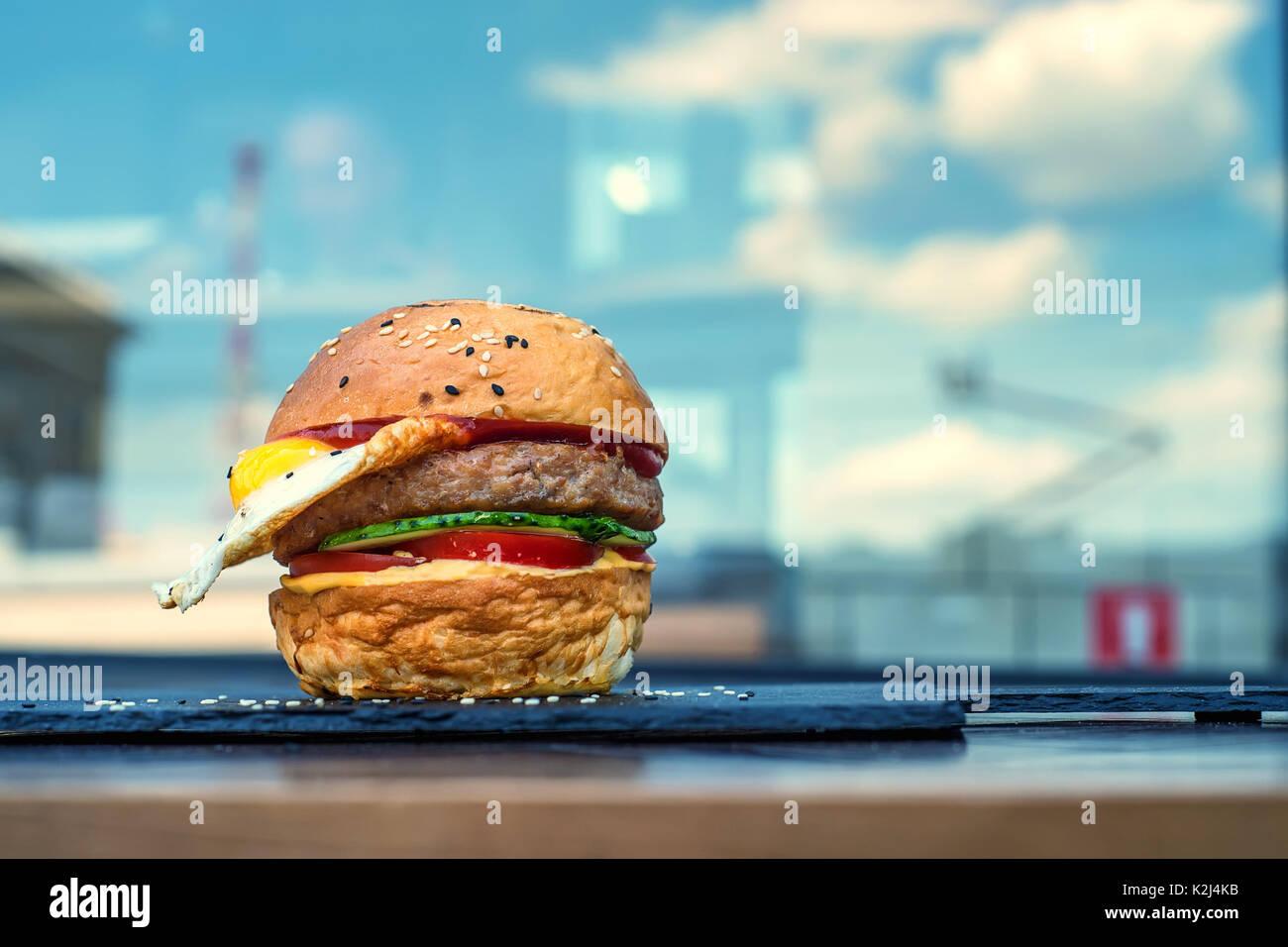 Restaurant Hamburger mit Spiegelei Stockbild