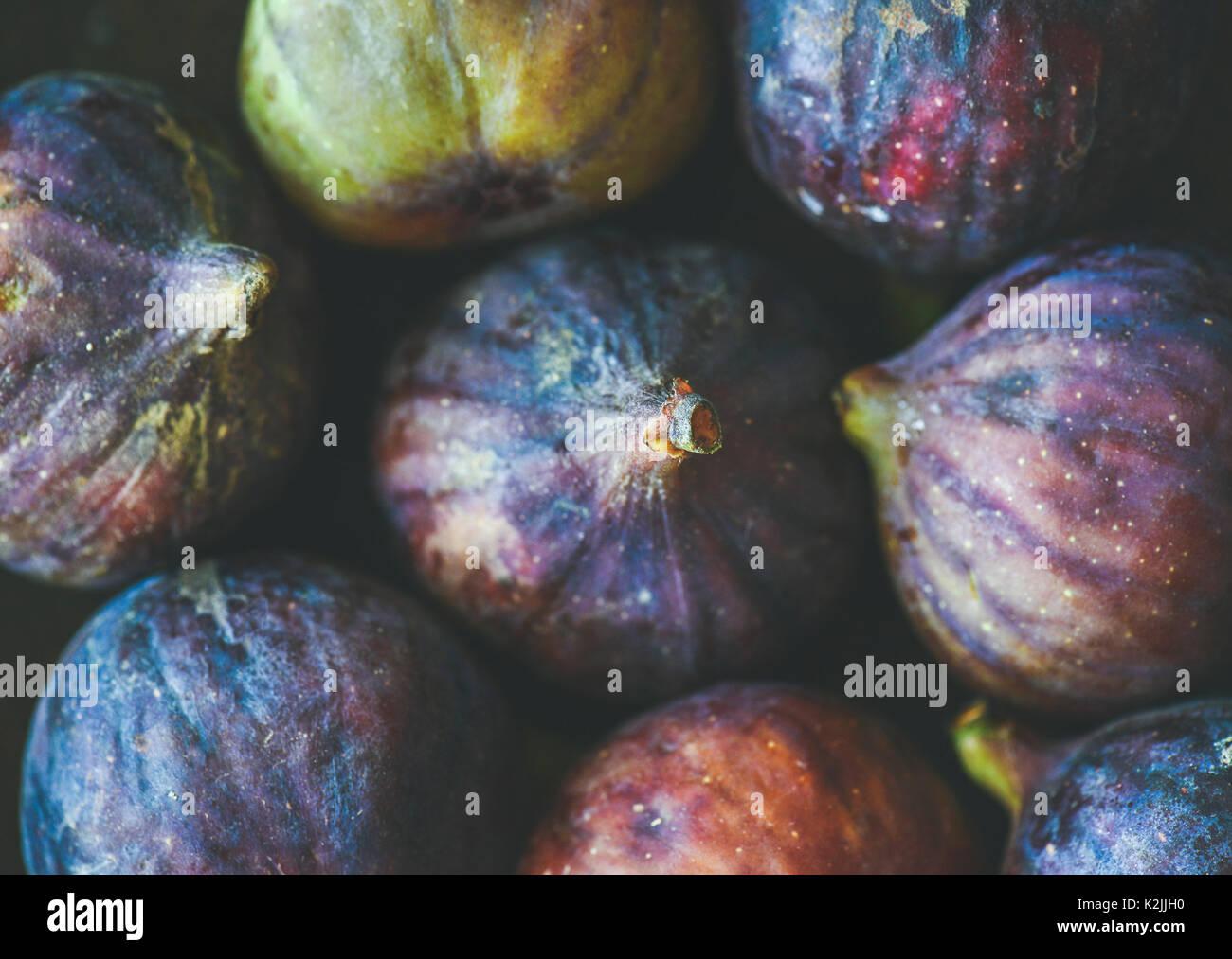 In der Nähe des frischen Reifen lila Feigen, Ansicht von oben. Essen Textur und Hintergrund. Bio-obst, lokale Stockbild