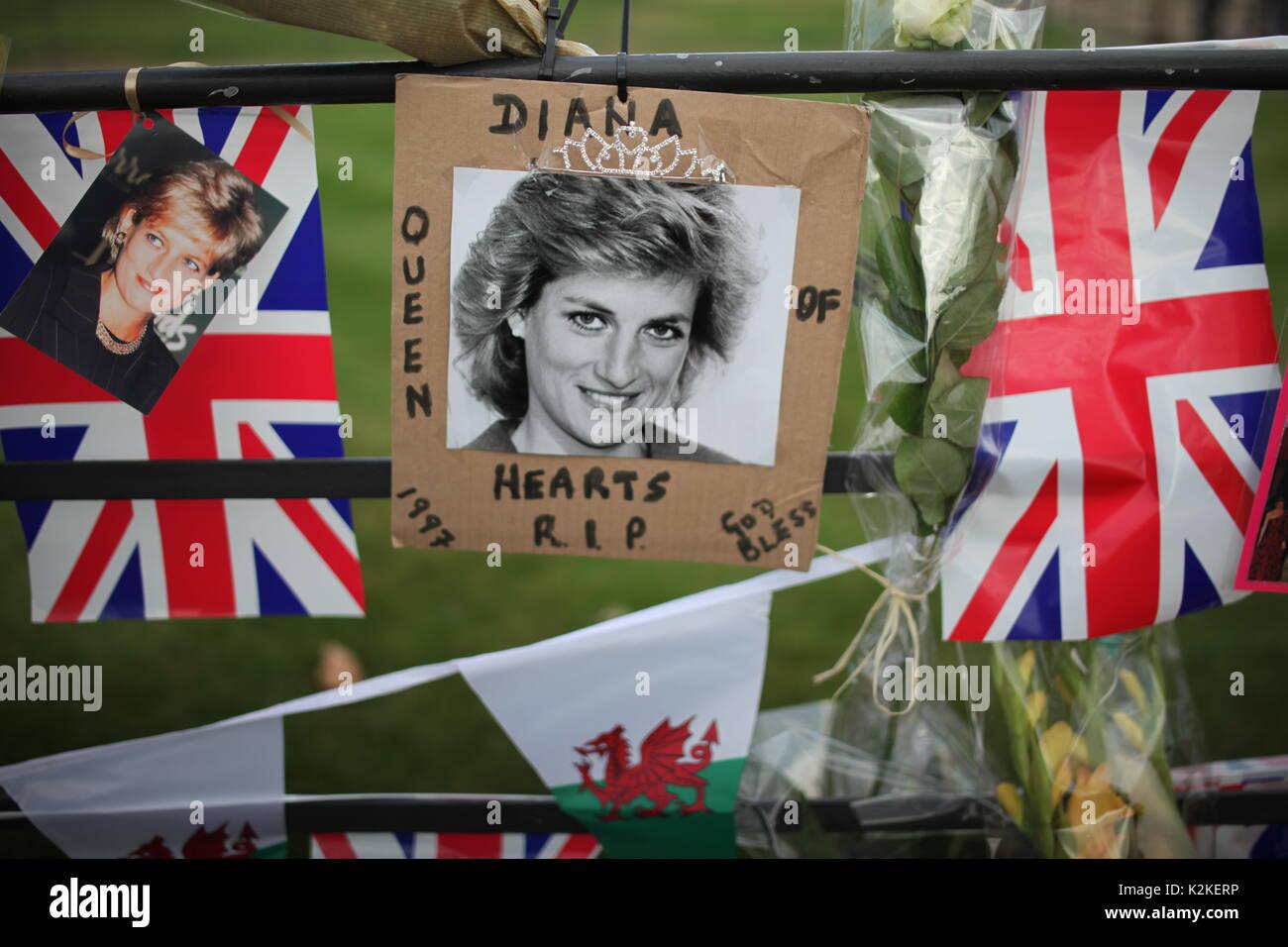 London, Großbritannien. 31 Aug, 2017. Menschen würdigen Prinzessin Diana im Kensington Palace nach 20 Stockbild