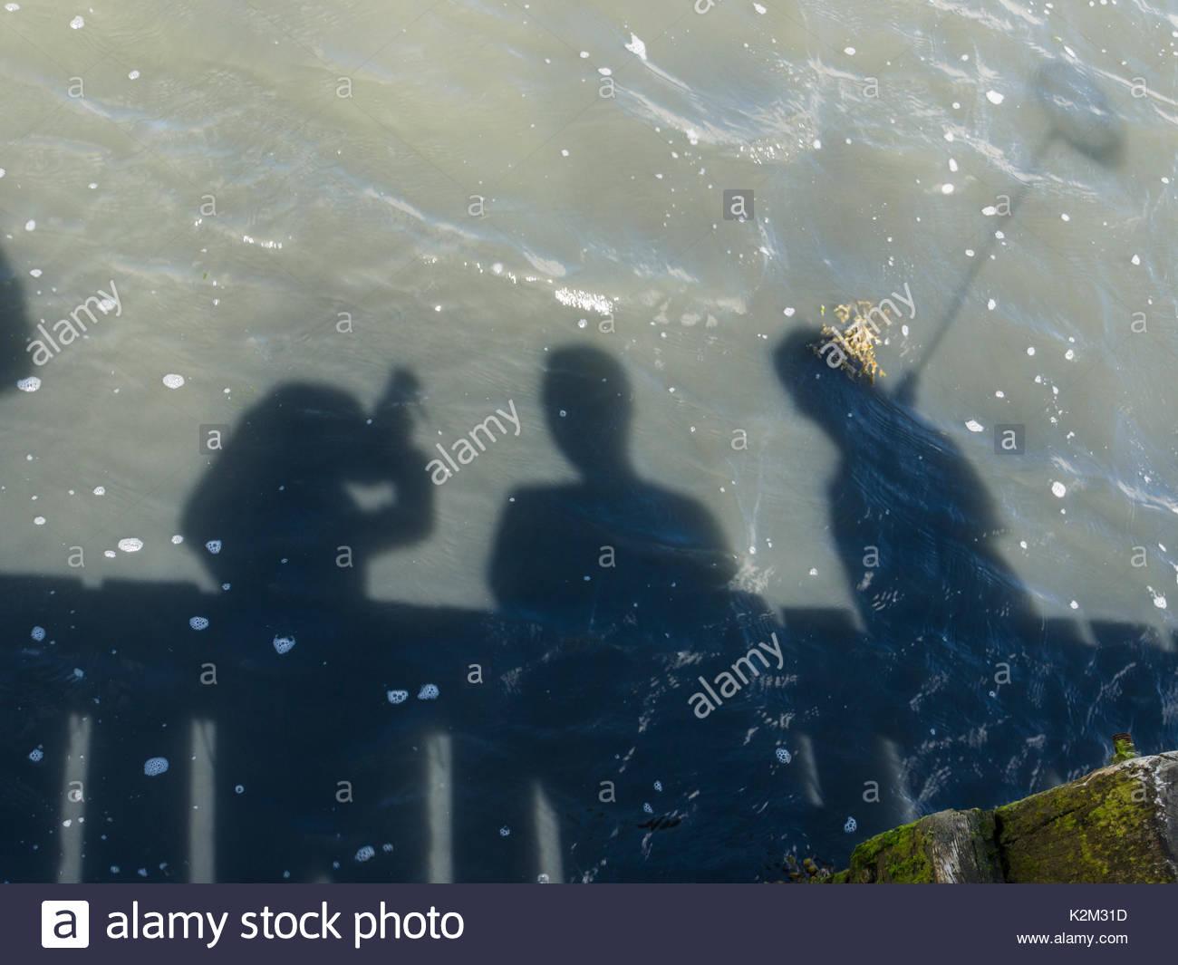 Schatten auf dem Wasser die Fischerei auf Krebse Stockbild