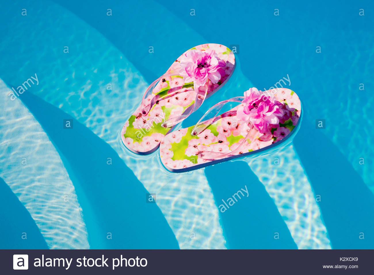 Flip-flops auf dem Wasser schwimmend Stockbild