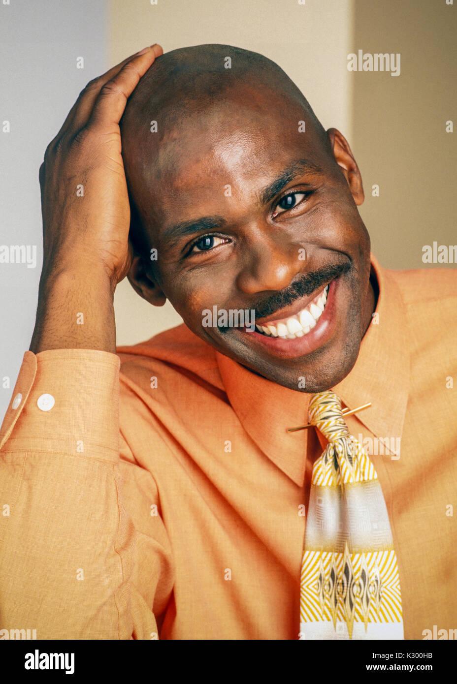 Porträt der frühen 30er afrikanische amerikanische Mann lächelnd. Stockbild