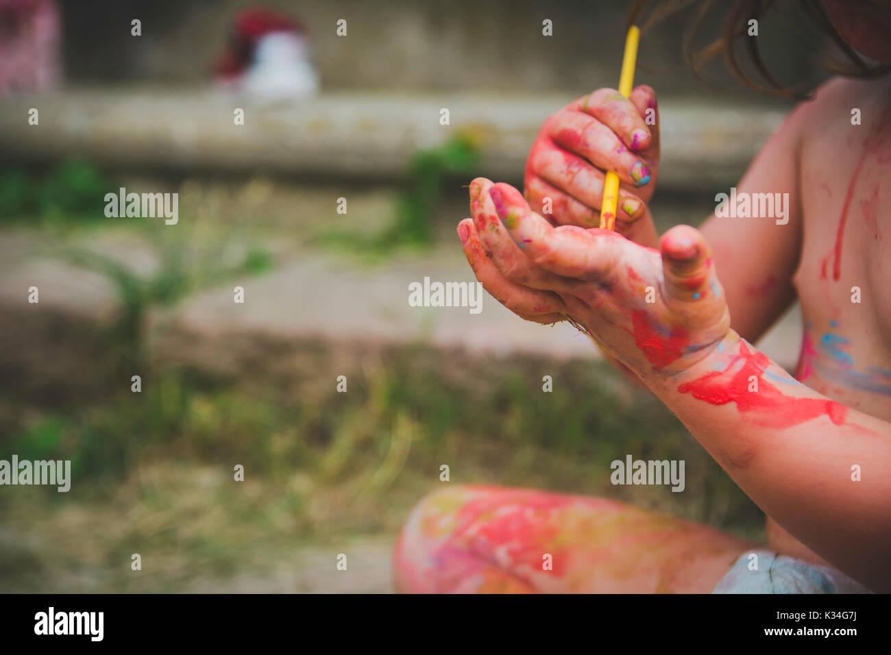 Ein Kind malt auf ihre Hand. Stockbild