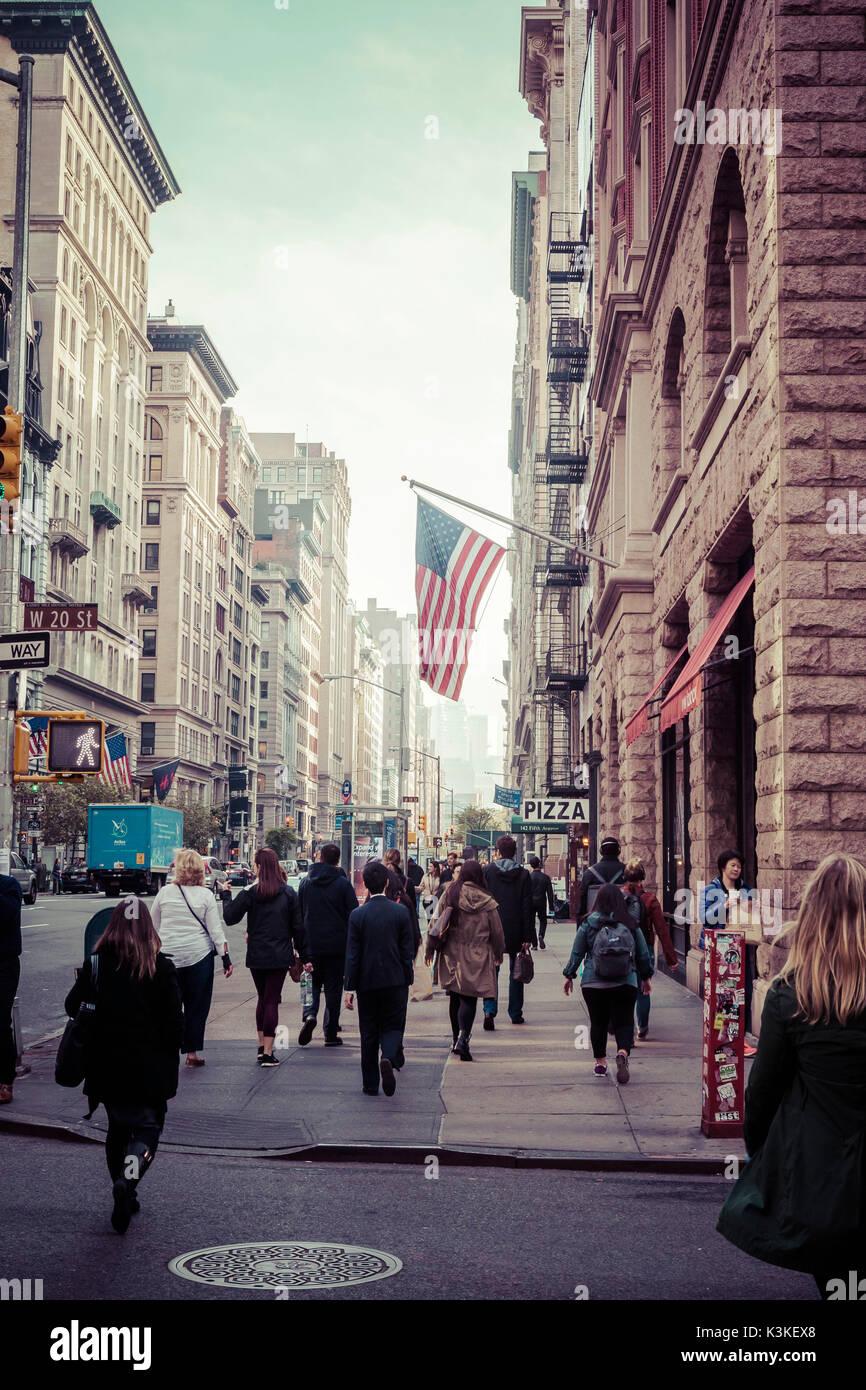 Typische NY Straßenbild, Amerika Flagge, beschäftigt die Menschen und den Verkehr auf der 5th Ave, Manhatten, Stockbild