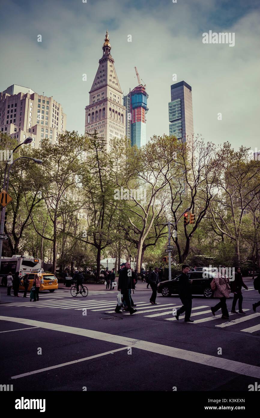 Typische NY Straßenbild, Leute auf einem Zebrastreifen auf der 5th Ave, Manhatten, New York, USA Stockbild