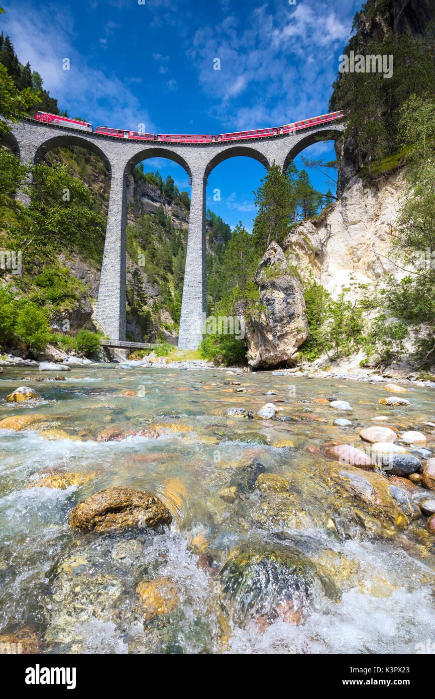 Die alpine stream Frames der Bernina Express Zug auf Landwasser Viadukt Filisur Albulatal Kanton Graubünden Stockbild