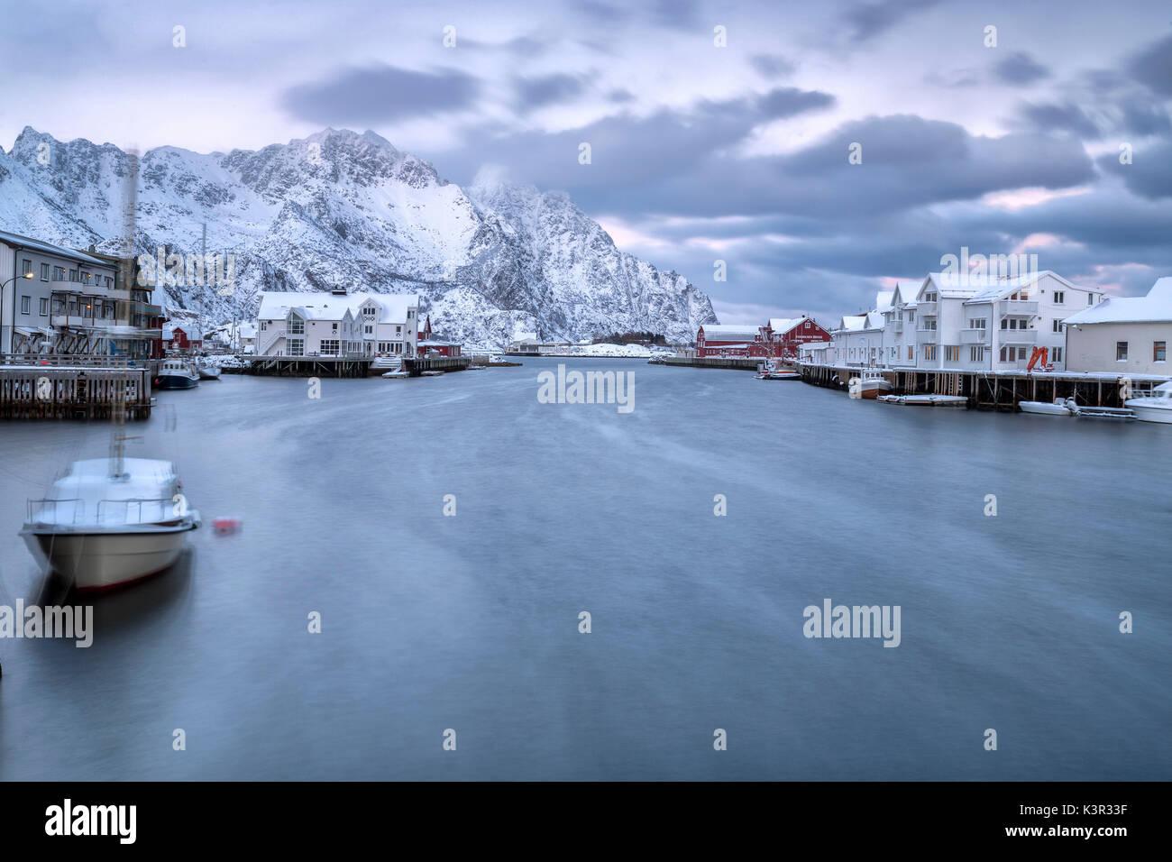 Die typischen Fischerdorf Henningsvær umgeben von schneebedeckten Bergen und dem kalten Meer Lofoten in Nordnorwegen Stockbild