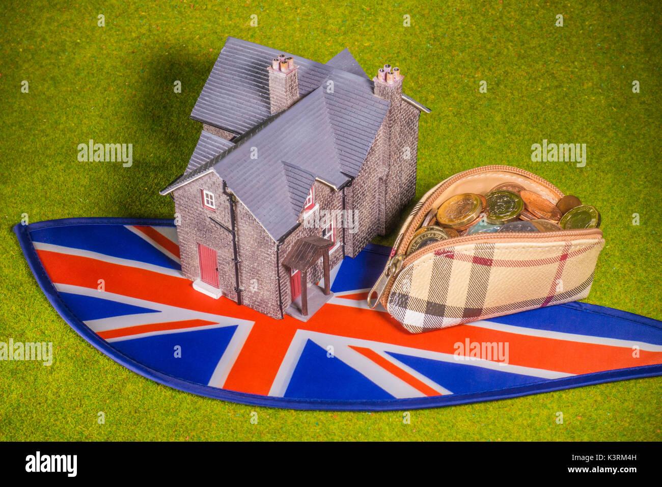 Modell Haus, Geldbörse mit Sterling Münzen (mit neuen £1) und Union Jack, darzustellen, wie eine Stockbild