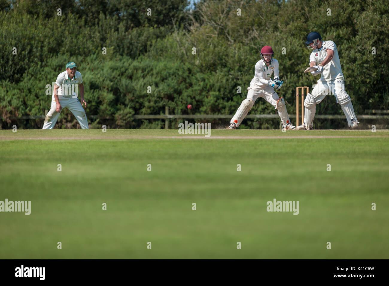 Ein batsman spielt eine Aufnahme während eines Sonntag Liga Match zwischen zwei lokalen Cricket Teams. Stockbild