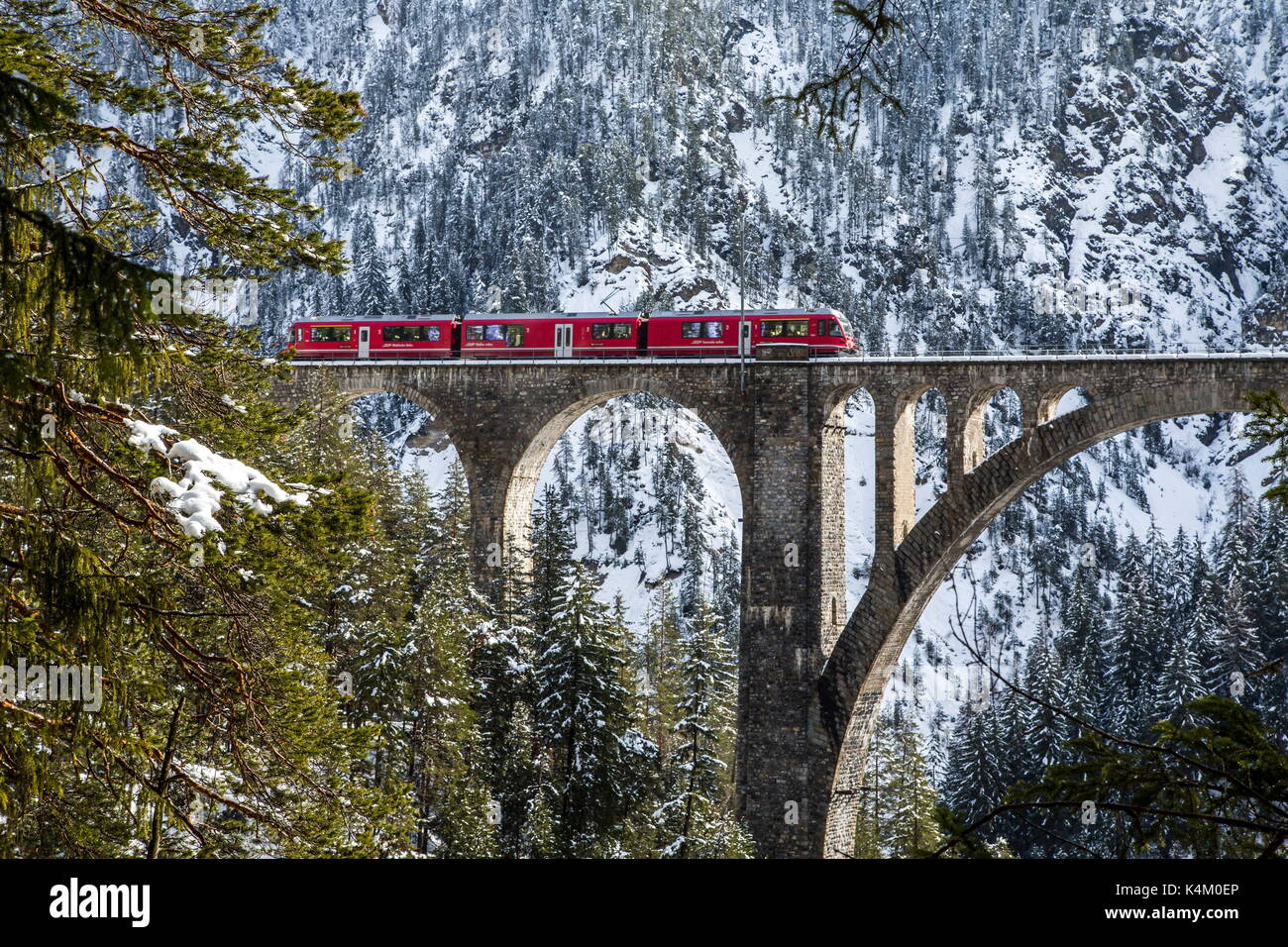 Bernina Express Zug auf Wiesener Viadukt, Davos, Schweiz Stockbild
