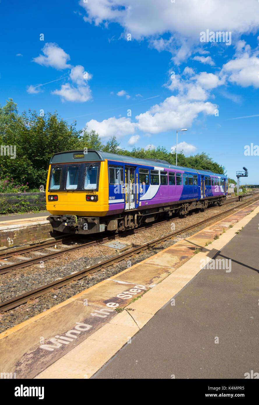 Northern Line Klasse 144 Pacer Zug auf der East Coast Line verlassen Seaton Carew station. Großbritannien Stockbild