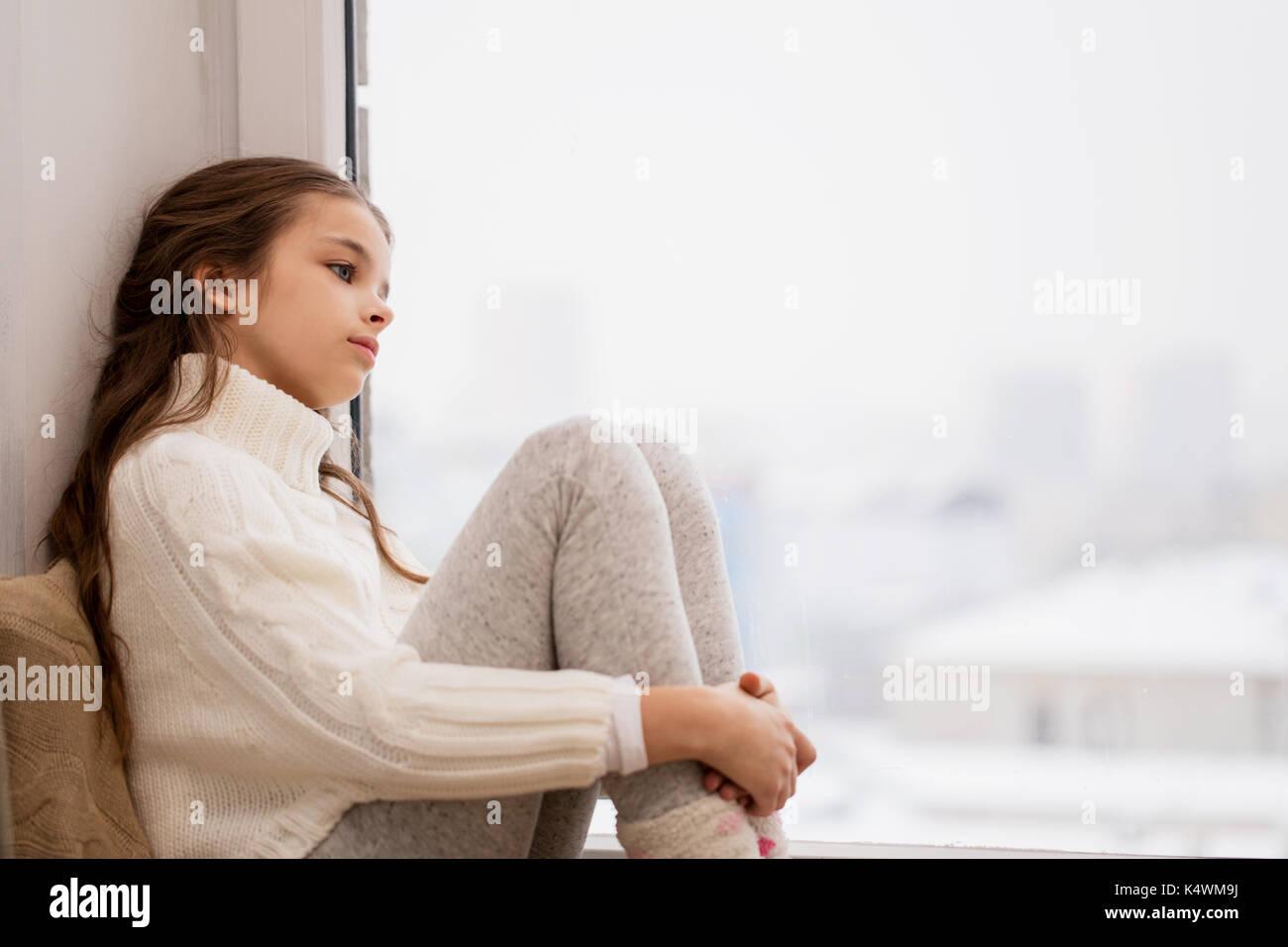 Trauriges m dchen sitzen auf der fensterbank zu hause - Fensterbank englisch ...