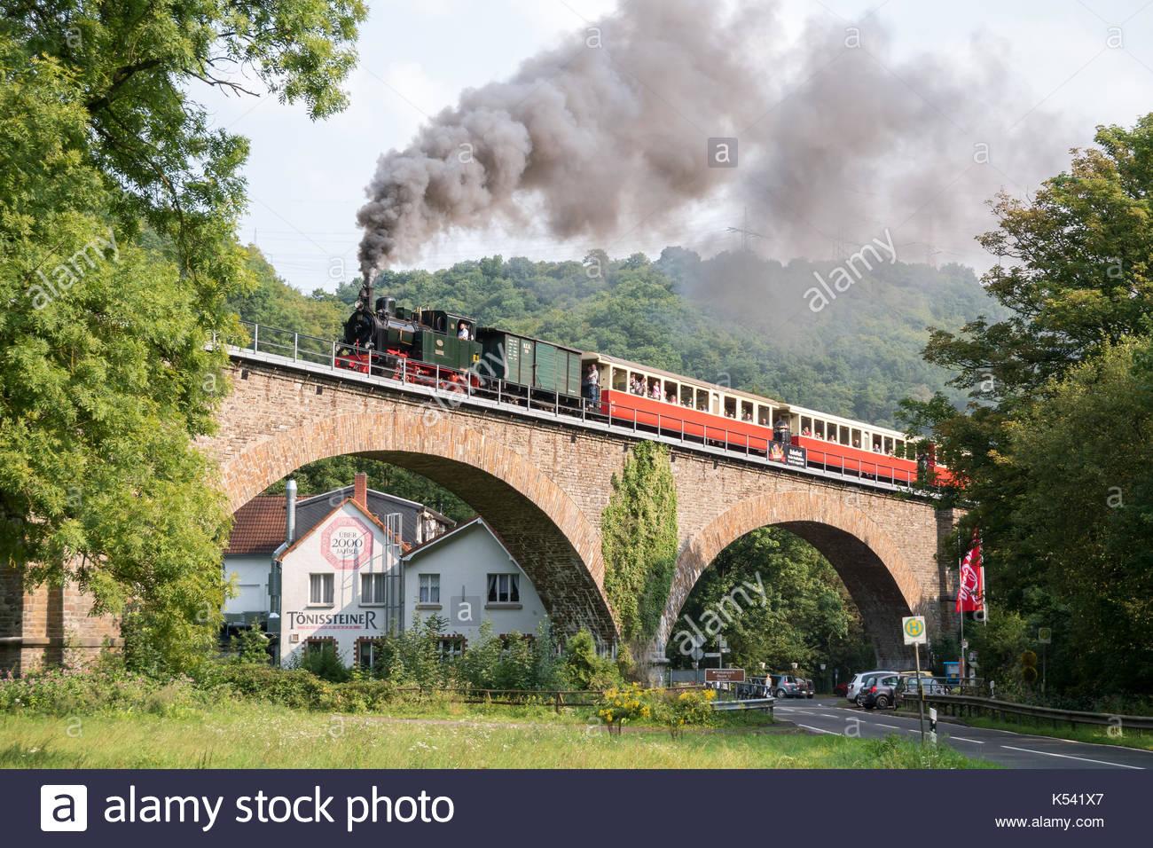 Ein Dampfzug auf dem tönissteiner Viadukt in Deutschland Stockbild