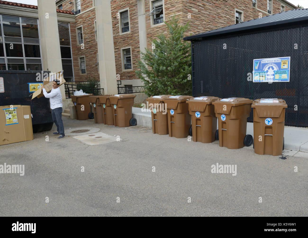 Studenten Recycling auf dem Campus der Universität Colorado Stockbild