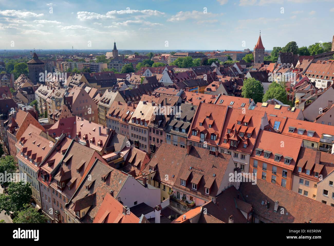 Blick auf die roten Dächer der Sebalder Altstadt, Altstadt, hinter dem Stadtteil Johannis, von links Der Spittlertorturm Stockbild