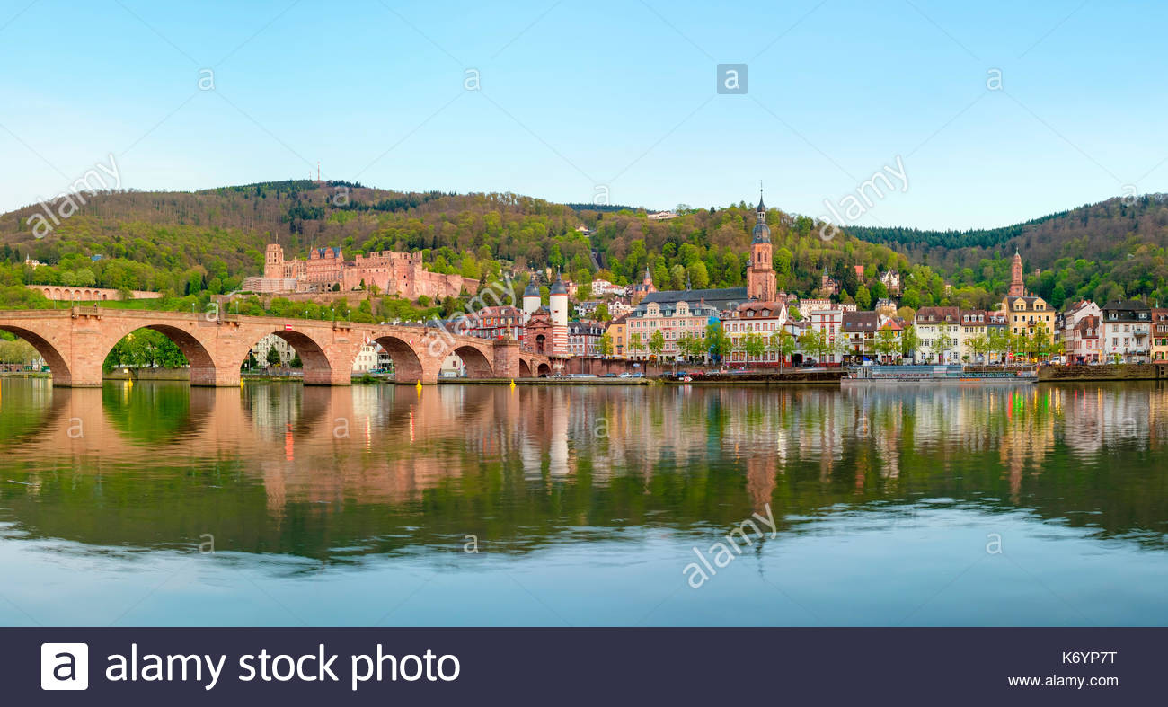 Deutschland, Baden-Württemberg, Heidelberg. Alte Brucke (Alte Brücke) und Gebäude in der Altstadt Stockbild
