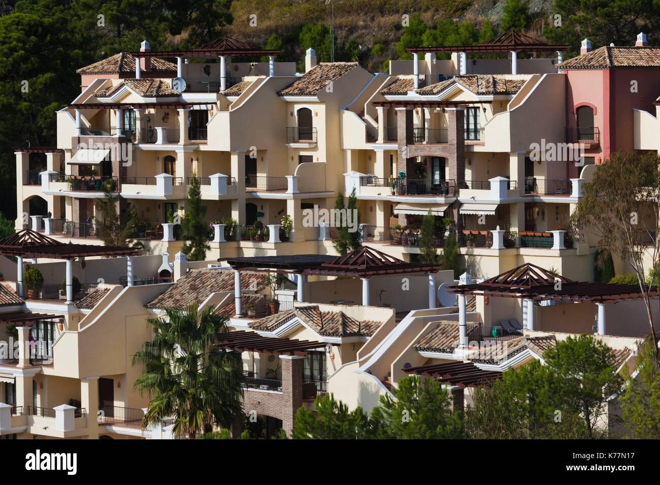 Spanien, Andalusien, Provinz Malaga, Marbella-Bereich, erhöhte Ansicht der Ferienwohnungen La Zagaleta Entwicklung Stockbild