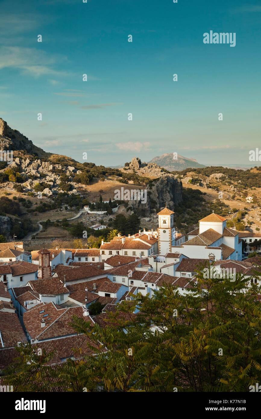 Spanien, Andalusien, Provinz Cadiz, Grazalema, erhöhte Ansicht eines weißen andalusischen Dorfes, am späten Stockbild