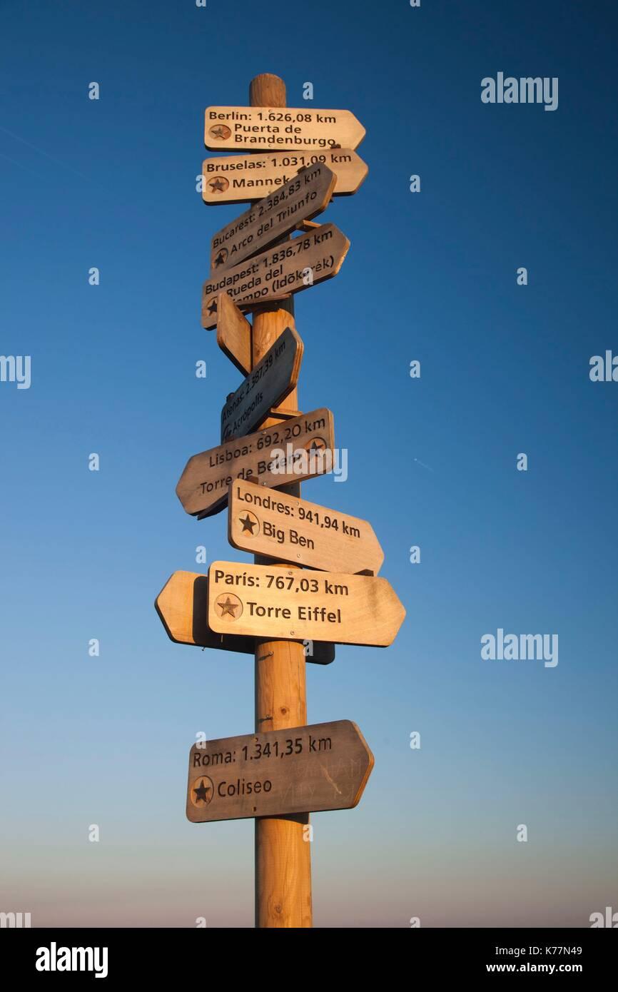 Spanien, Kantabrien Region, Provinz Cantabria, Santander, Pena Cabarga Berg, Wegweiser, Dawn Stockbild