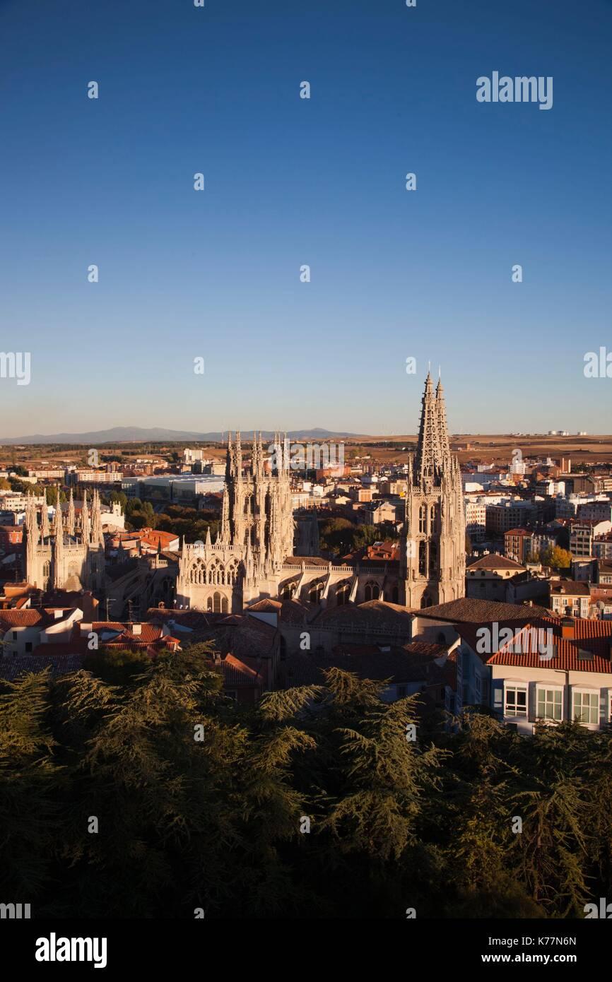 Spanien, Castilla y Leon Region, Provinz Burgos, Burgos, Kathedrale von Burgos, Erhöhte Ansicht, Sonnenuntergang Stockbild