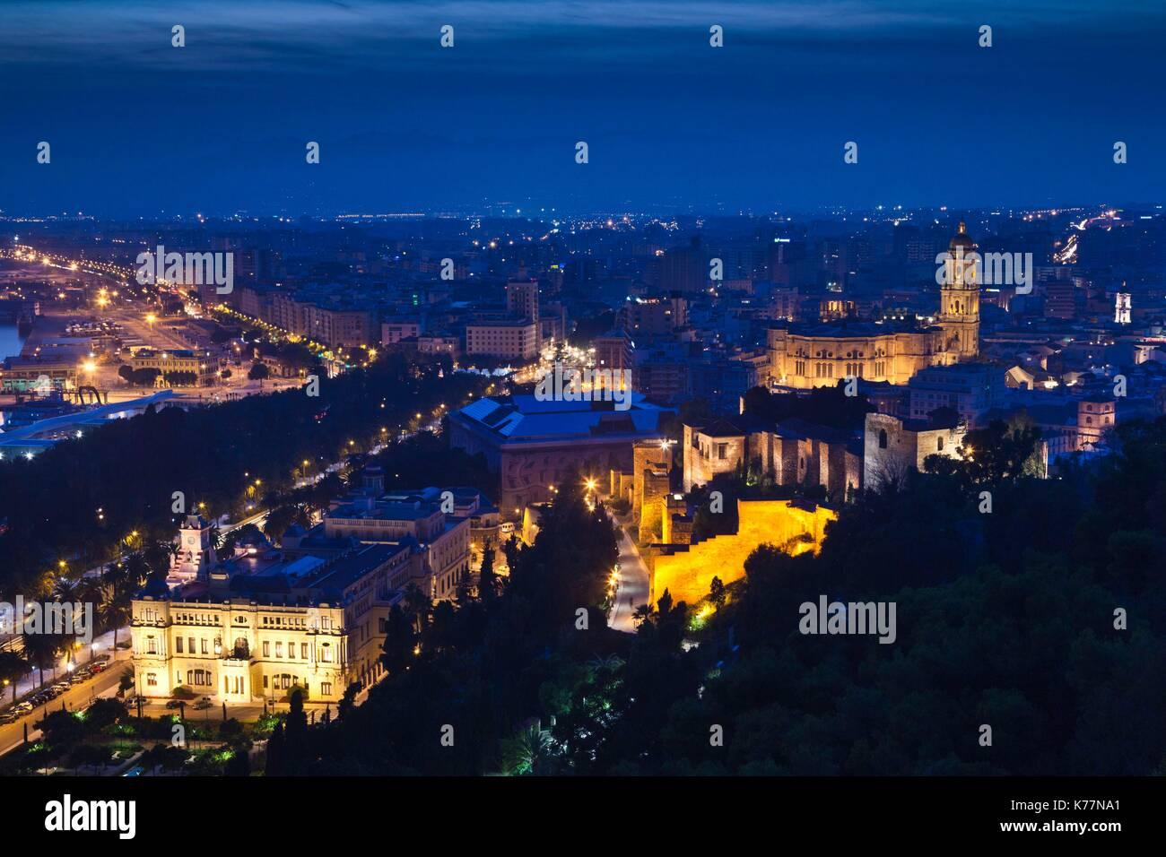 Spanien, Andalusien, Provinz Malaga, Malaga, Blick auf die erhöhten Stadt mit Dom, am Abend Stockbild