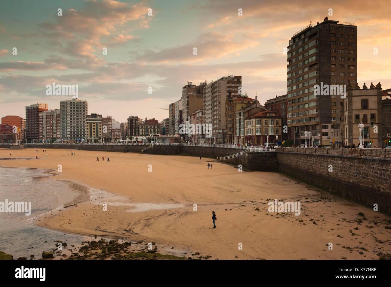 Spanien, Asturien, Asturias Province, Gijon, Gebäude entlang der Playa de San Lorenzo Strand, am späten Stockbild