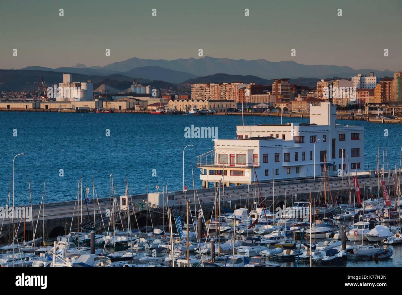 Spanien, Kantabrien Region, Provinz Cantabria, Santander, Erhöhte Ansicht der Harbourfront Stockbild