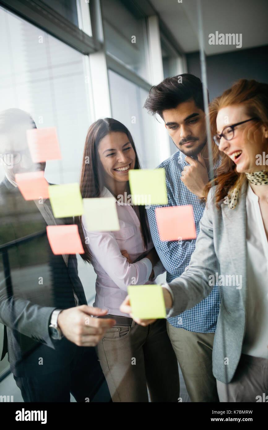 Die Zusammenarbeit und die Analyse von Geschäftsleuten arbeiten im Büro Stockbild