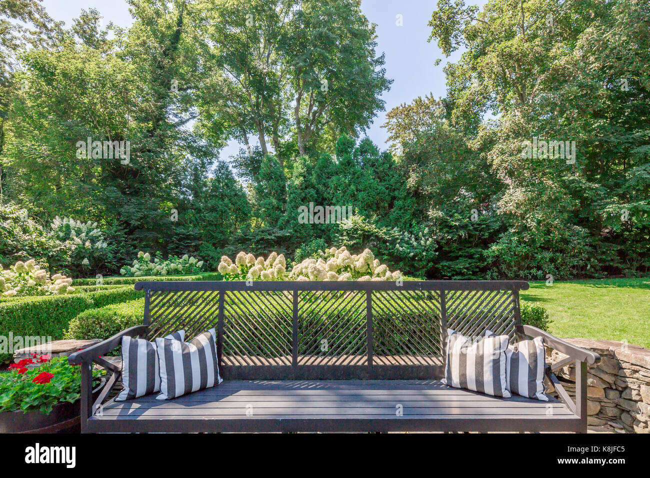 Outdoor Tag Bett In Einem üppigen Garten Landschaft In Den Hamptons, East  Hampton, New York