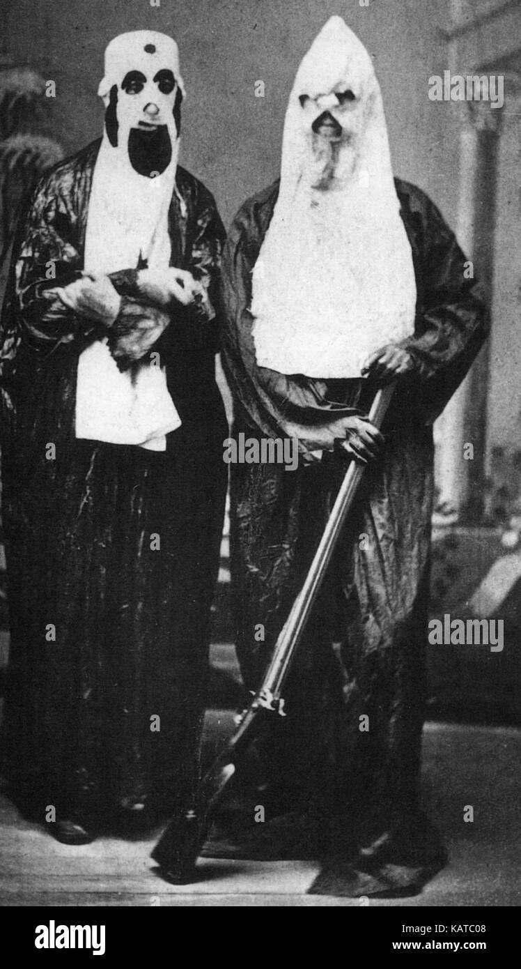 KU Klux Klan Ursprunglich In Form Von A La Carte De Visite Diese Beiden Manner Fur Ihre Abbildung Huntsville Alabama Im Jahr 1868 Zwei Jahre Nach Der
