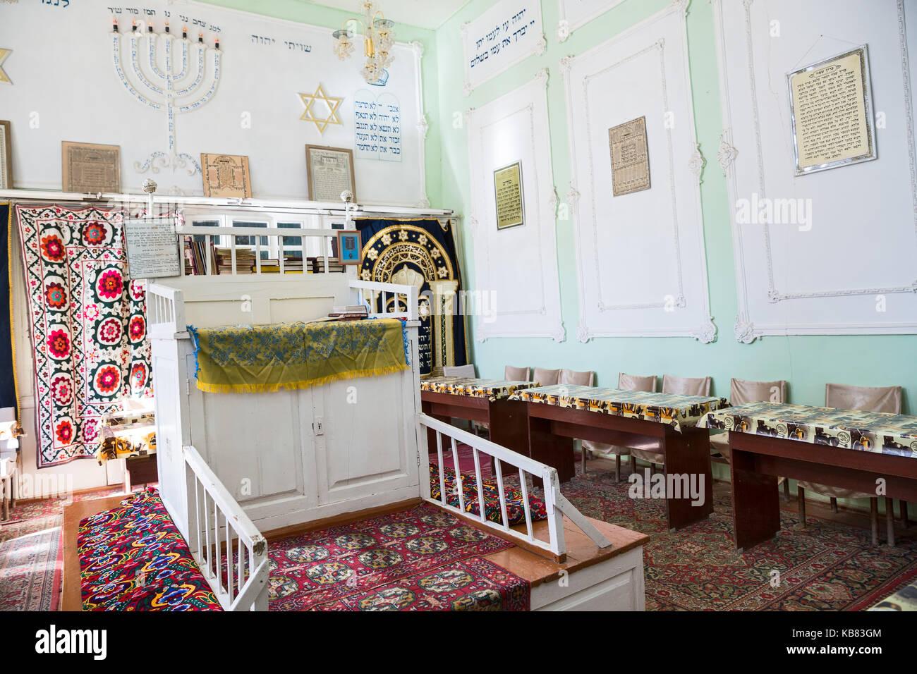 https://c7.alamy.com/compde/kb83gm/buchara-usbekistan-oktober-19-2016-das-interieur-der-ersten-synagoge-in-buchara-bima-ist-die-plattform-in-der-mitte-der-synagoge-und-ein-kb83gm.jpg