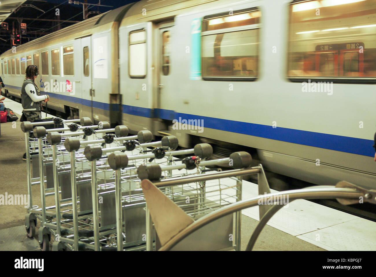 Eine TER, Französisch, Regional Bahn, in der Nacht in einem Bahnhof ankommt, Bellegarde-sur-Valserine, Ain, Stockbild