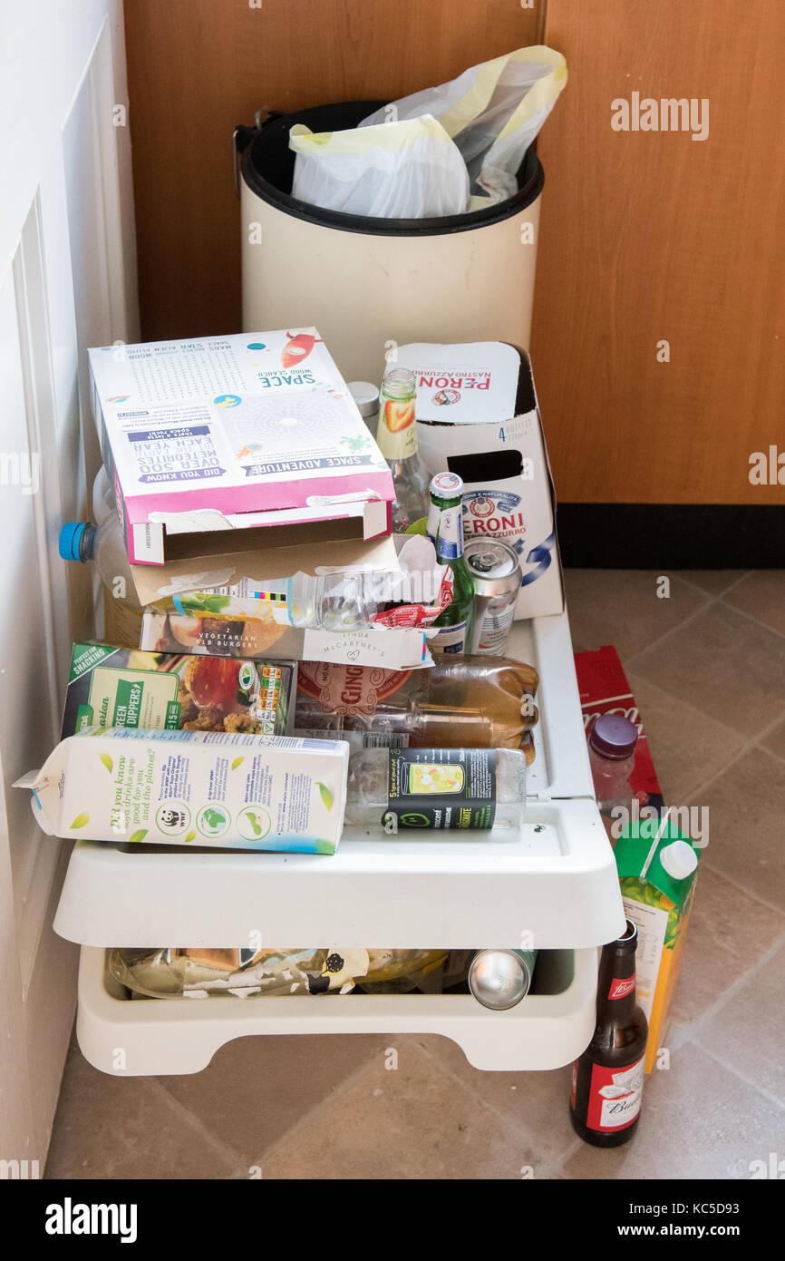 Student recycling-unorganisiertem Recycling in der studentischen Küche Stockbild