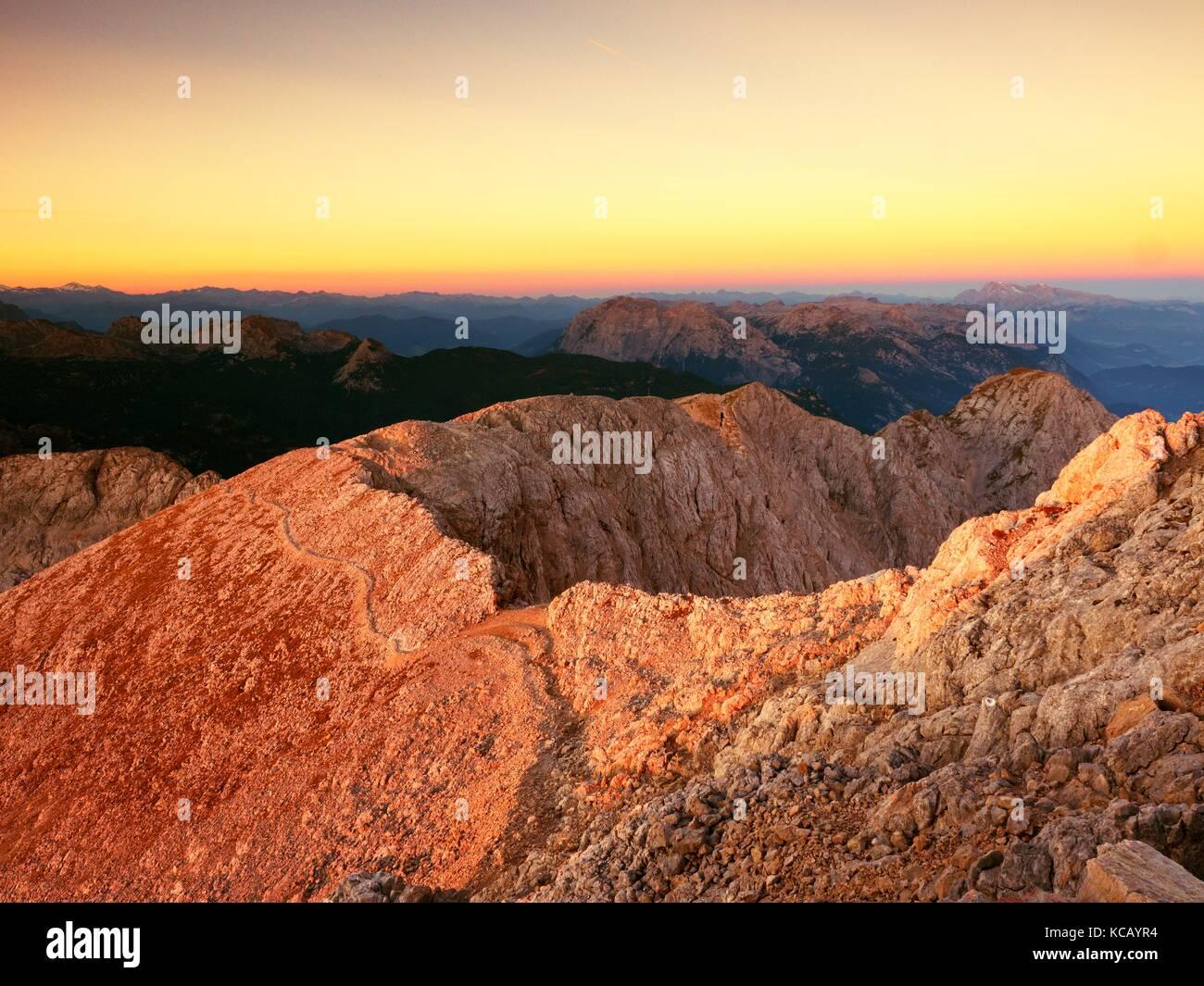 Morgen Blick über apine Cliff und das Tal. daybreak Sonne am Horizont. Berge von Vollflächen erhöht Stockbild