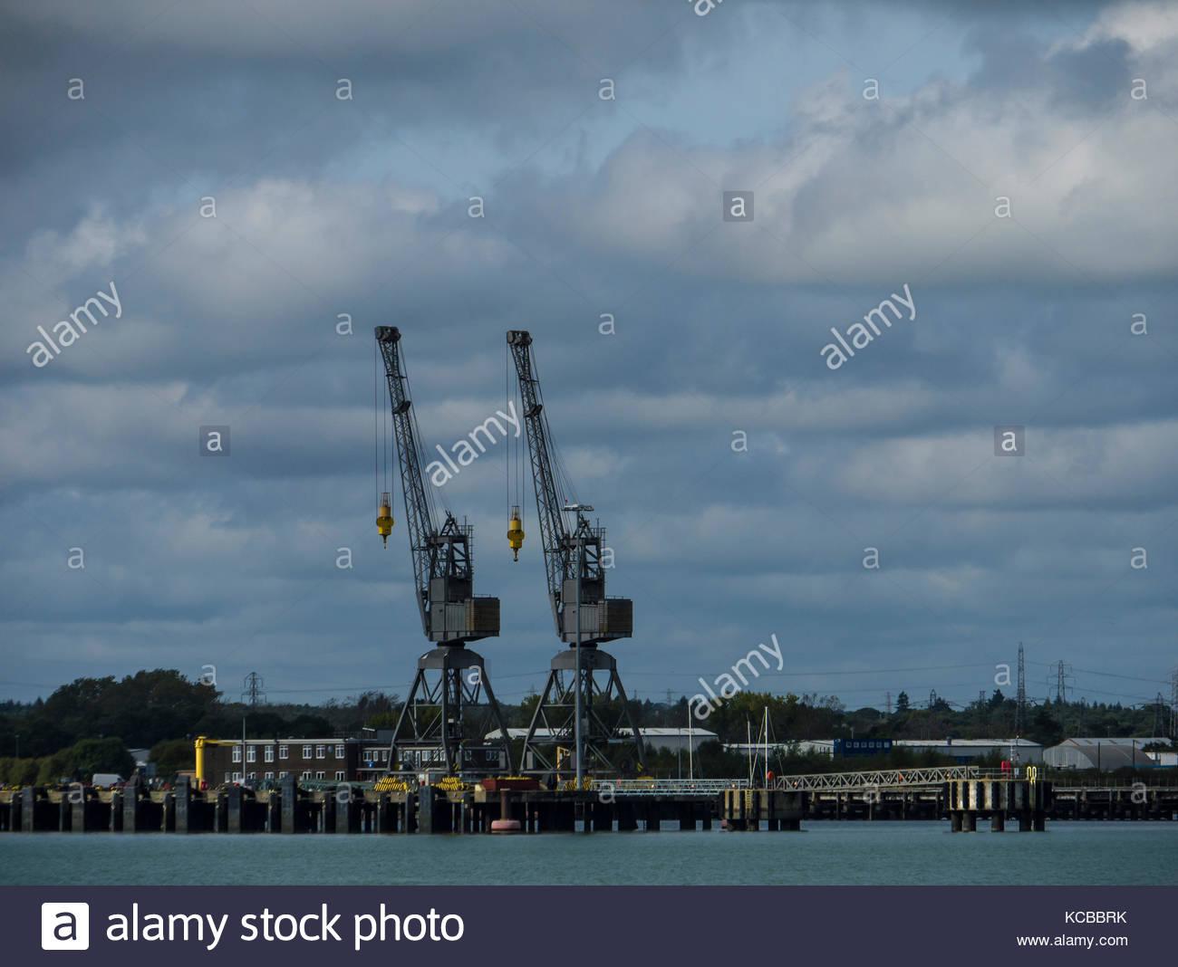 Southampton, Hampshire England dockside Leerlauf Krane in Warten an marchwood militärischen Port Stockbild