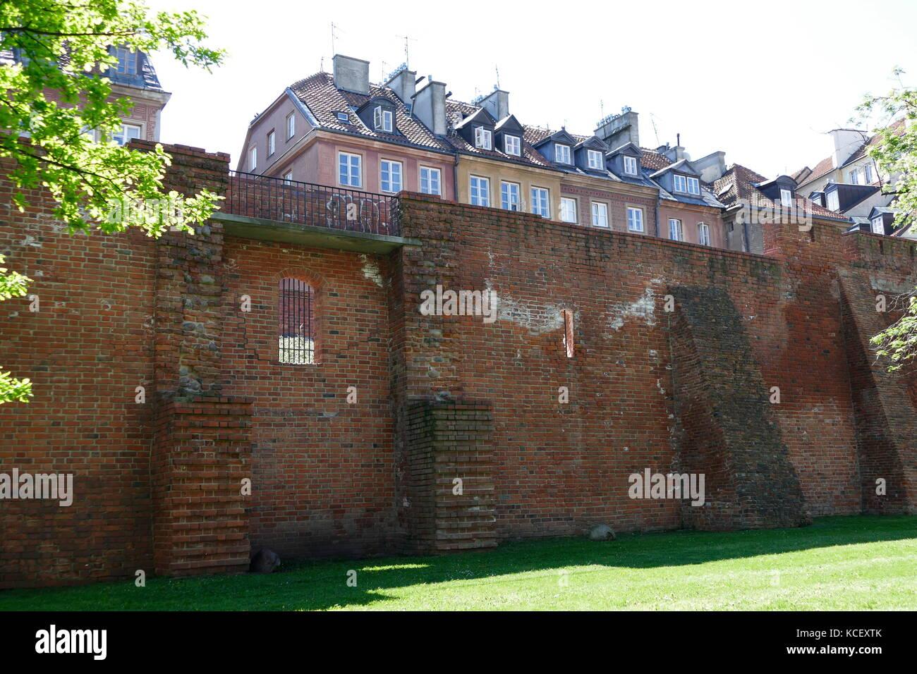 Foto von der Stadtmauer in Warschau, Polen, und eine der wenigen verbliebenen Relikte des komplexes Netzwerk von Stockbild