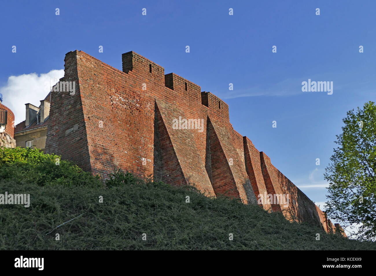 Foto des neu gebauten mittelalterlichen Stadtmauern von Warschau, zerstört durch die von den Nazis nach dem Stockbild