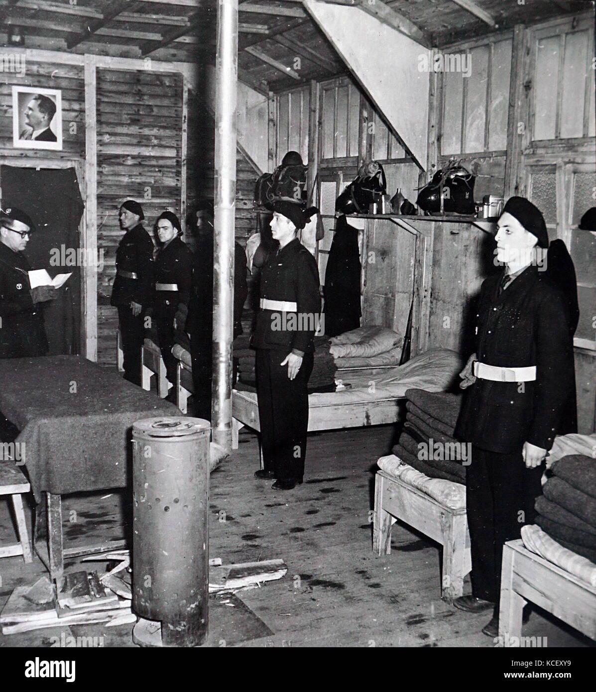 Foto von französischen Soldaten in ihren Kasernen beten im besetzten Frankreich während des Zweiten Weltkriegs. Stockbild