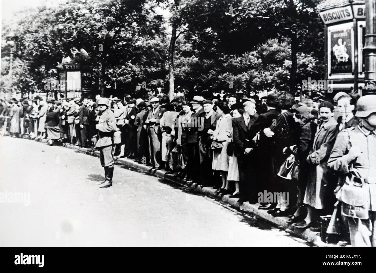 Foto von Menschenmassen versammeln sich auf den Champs-Élysées in Paris sehen die deutschen Truppen Paris Stockbild