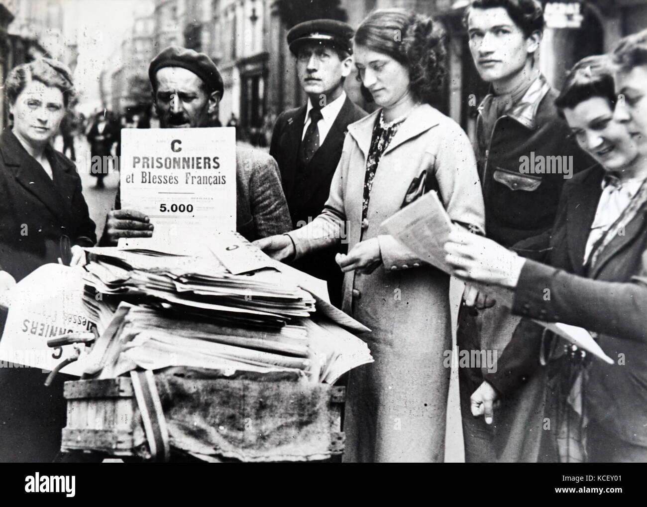 Foto der Listen der Kriegsgefangenen in Paris verteilt wird, nach dem Einmarsch in Frankreich im Zweiten Weltkrieg. Stockbild