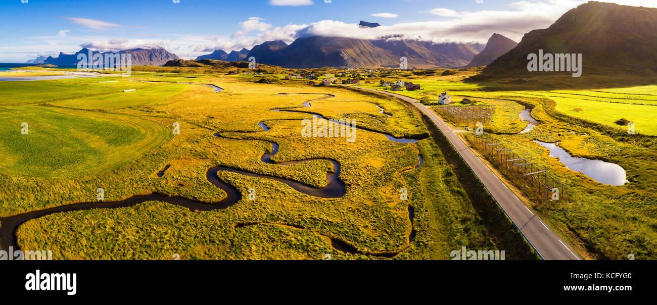 Landschaftlich reizvolle Straße durch die Berge auf Lofoten in Norwegen Stockbild