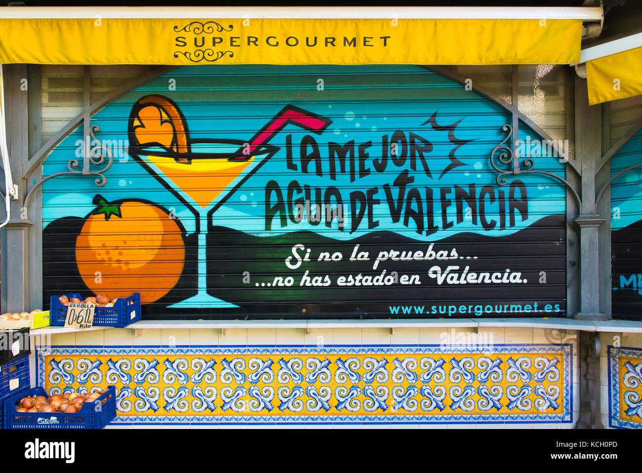 Valencia Essen trinken, eine Werbung für Agua de Valencia auf der Fensterläden einer frischen Orange Kiosk Stockbild