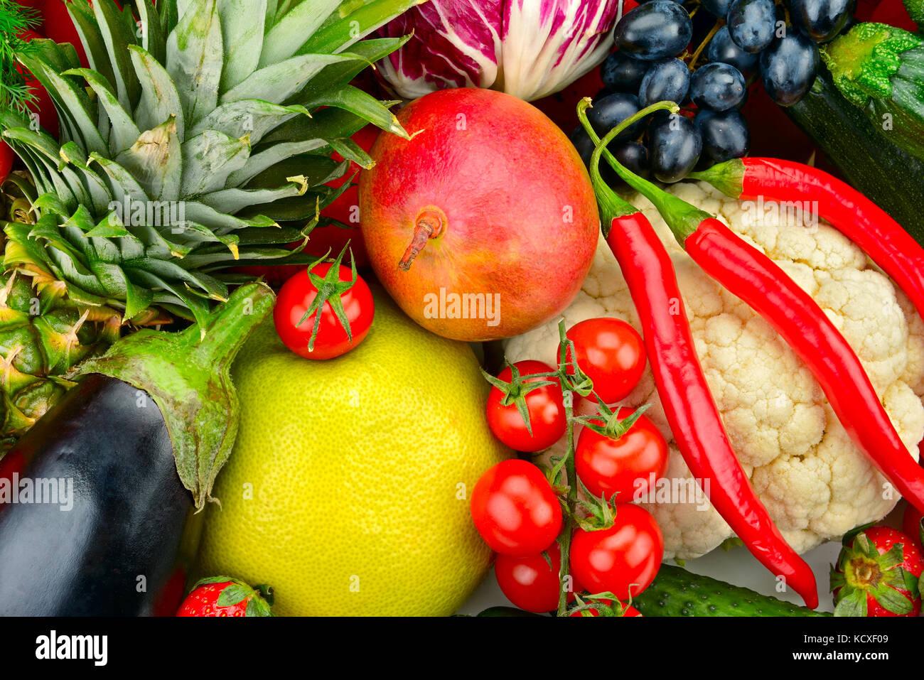 Sortiment frische Früchte und Gemüse isoliert auf weißem Stockbild