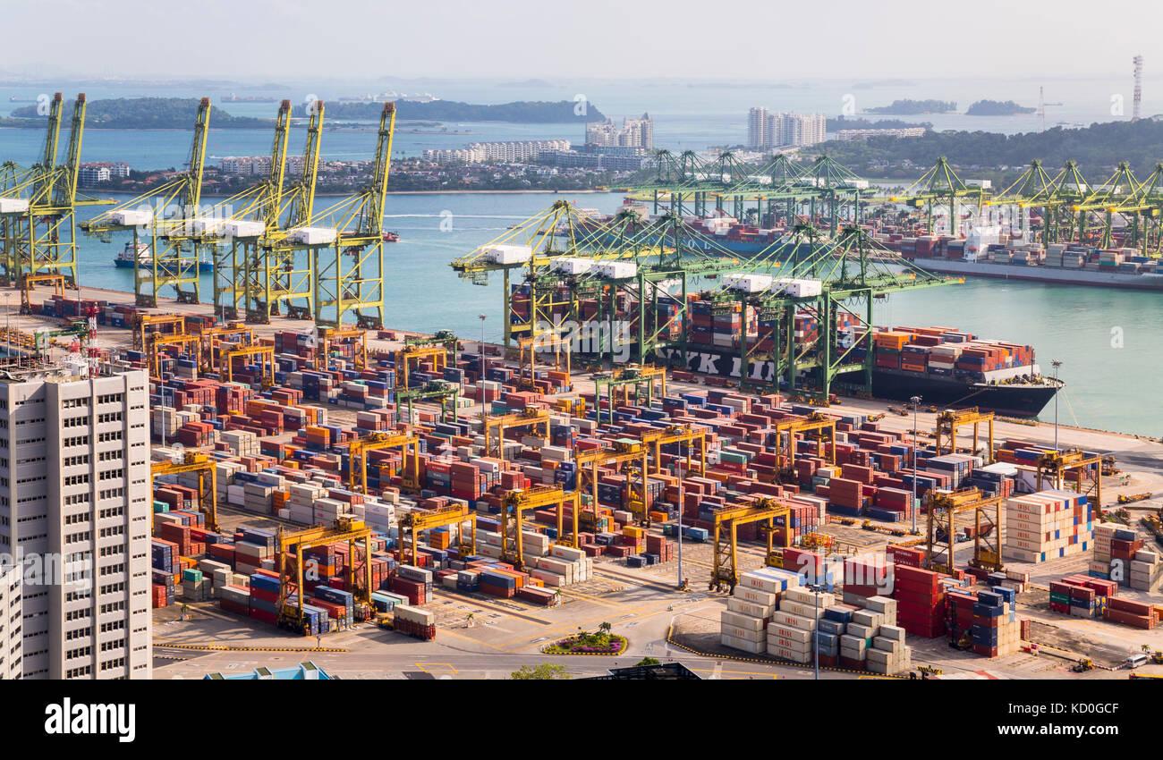 Ansicht des Containerterminals, Kräne und Containerschiff, Singapur, Südostasien Stockbild