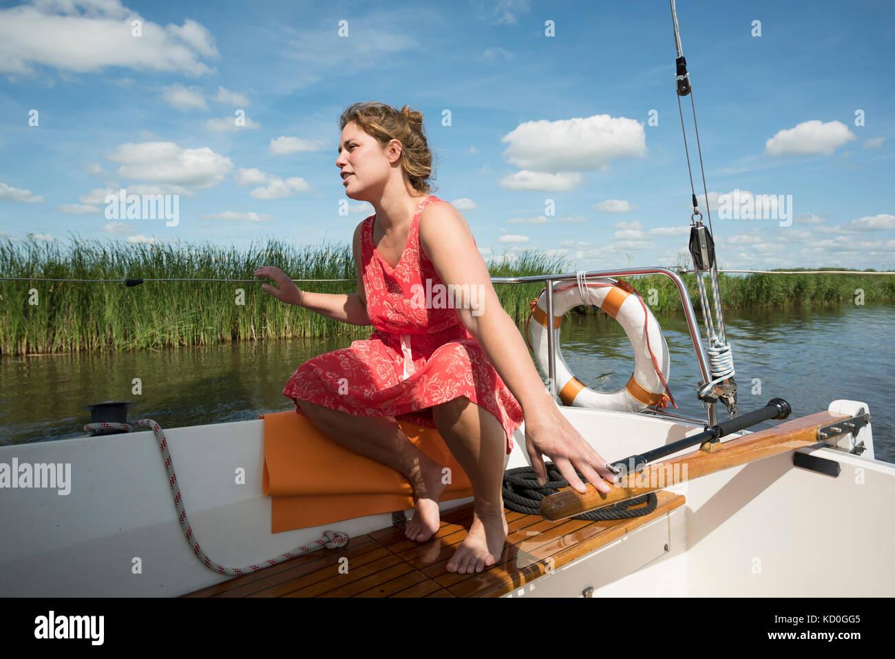 Frau auf Boot in der friesischen Seenplatte in vintage Kleid, sneek, friesland, Niederlande Stockbild