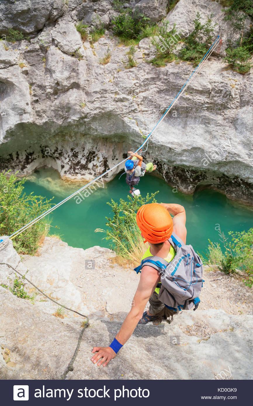 Mann Kreuzung verdon schlucht auf Seil, Sainte-Croix-du-Verdon, Provence-alpes-côte d'Azur, Frankreich, Stockbild
